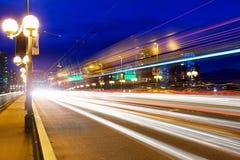 Rastros de la luz de la hora punta en el puente de Cambie Imagen de archivo