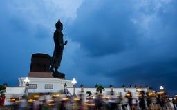 Rastros de la luz de la vela del día de Visakabucha de la gente que camina alrededor de Fotos de archivo libres de regalías