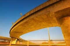 Rastros de la luz debajo del puente de la carretera Foto de archivo libre de regalías