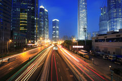 Rastros de la luz del arco iris del tráfico del transporte urbano Foto de archivo libre de regalías