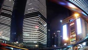 Rastros de la luz del lapso de tiempo de coches debajo del paso superior y del rascacielos, lanzamiento de la lente de fisheye almacen de metraje de vídeo