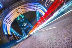 Rastros de la luz del puente de la torre Imágenes de archivo libres de regalías