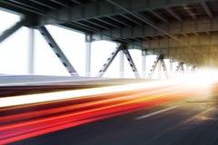 Rastros de la luz del vehículo en un puente moderno Imagen de archivo libre de regalías