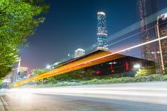 Rastros de la luz en el camino de ciudad imagen de archivo