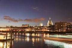 Rastros de la luz en el río Thames en Londres Imagenes de archivo