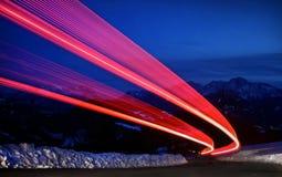 Rastros de la luz en una carretera Imagen de archivo libre de regalías