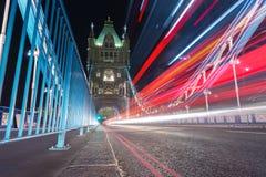 Rastros de la luz a lo largo del puente de la torre en Londres foto de archivo