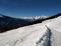 Rastros de la nieve encima de Alp Mountain imagenes de archivo