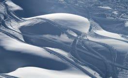 Rastros de la nieve y del esquí del polvo Imagen de archivo libre de regalías