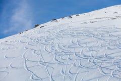 Rastros de los esquís en la nieve Fotografía de archivo libre de regalías