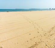 Rastros de los primeros turistas en la playa en Sunny Beach en Bulgaria Imágenes de archivo libres de regalías