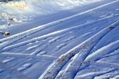 Rastros de pisada en máquinas de la nieve Imagen de archivo