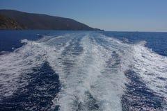 Rastros del barco en agua Imágenes de archivo libres de regalías