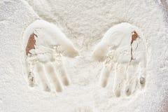 Rastros del children& x27; manos de s en la harina Imagen de archivo