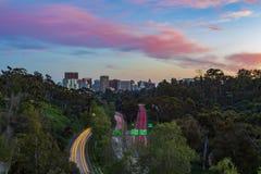 Rastros del cielo y del coche de la puesta del sol sobre San Diego y la carretera 163 imagen de archivo libre de regalías