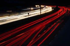 Rastros del coche de la autopista en la noche Imágenes de archivo libres de regalías