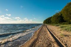 Rastros del coche en la costa Imagen de archivo libre de regalías