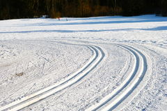 Rastros del esquí del campo a través Foto de archivo libre de regalías
