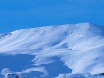 Rastros del esquí en la montaña Fotografía de archivo