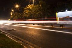 Rastros del semáforo en la noche imagen de archivo