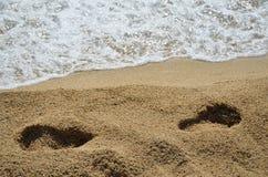 Rastros del ser humano en la arena Imagen de archivo libre de regalías