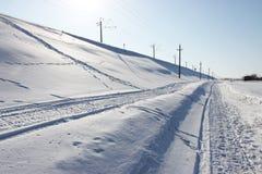 Rastros en la nieve en el ferrocarril Foto de archivo libre de regalías
