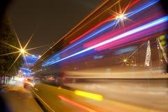 Rastros enmascarados vehículos de alta velocidad en los caminos urbanos Imágenes de archivo libres de regalías