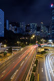 Rastros y edificios de la luz en Hong Kong en la oscuridad Fotografía de archivo