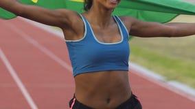 Rasy żeńskiej atlety bieg na stadium z flaga Brazylia, patriotyzm zbiory