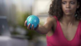 Rasy kobieta gniesie piłkę w ręce, trenuje ręki, mięsień siła zbiory wideo