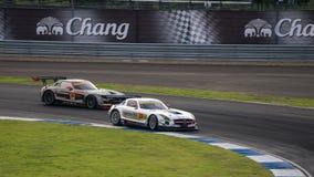 Rasy Podwójna bitwa GREENTEC SLS AMG GT3 GT300 z GAINER rn Zdjęcie Stock