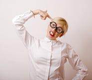 Ratón de biblioteca, mujer rubia joven linda en vidrios, pelo rubio, torpe adolescente, concepto de la gente de la forma de vida Fotografía de archivo libre de regalías