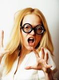 Ratón de biblioteca, mujer rubia joven linda en vidrios, pelo rubio, torpe adolescente, concepto de la gente de la forma de vida Foto de archivo libre de regalías