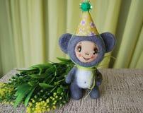 Ratón del juguete en sombrero del partido Colocación alrededor con una rama de f amarilla Imagen de archivo libre de regalías