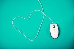 Ratón del ordenador con el cordón en forma de corazón Imágenes de archivo libres de regalías