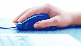 Ratón del ordenador con la mano Fotos de archivo libres de regalías