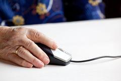 Ratón del ordenador de la vieja mano Fotos de archivo libres de regalías