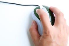 Ratón del ordenador del uso de la mano Fotografía de archivo libre de regalías
