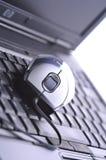 Ratón del ordenador en el cuaderno Fotografía de archivo