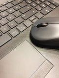 Ratón del ordenador en el ordenador portátil fotografía de archivo libre de regalías