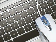 Ratón del ordenador en el teclado del ordenador portátil. 3d Imagen de archivo libre de regalías
