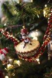 Ratón del ornamento del árbol de navidad en una empanada Fotos de archivo