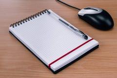 Ratón en blanco del cuaderno espiral, de la pluma y del ordenador Imagen de archivo