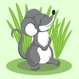 Ratón hermoso de la historieta que se coloca en hierba y la sonrisa Vector Imagen de archivo libre de regalías