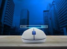 Ratón inalámbrico del ordenador con el botón de WWW de la búsqueda en la tabla de madera o Foto de archivo libre de regalías