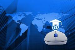 Ratón inalámbrico del ordenador con el icono del aprendizaje electrónico sobre el mapa y la ciudad t Fotografía de archivo