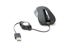 Ratón negro del ordenador con el cable y el enchufe fotografía de archivo