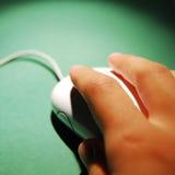 Ratón que hace clic de la mano fotografía de archivo