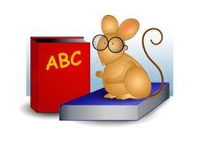 Ratón que se sienta en los libros de escuela