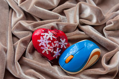 Ratón rojo del corazón y del ordenador en una tela beige Día del `s de la tarjeta del día de San Valentín Imagen de archivo